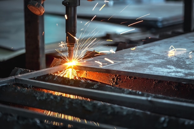Machine de coupe cnc, découpe au plasma cnc industrielle de tôles métalliques.