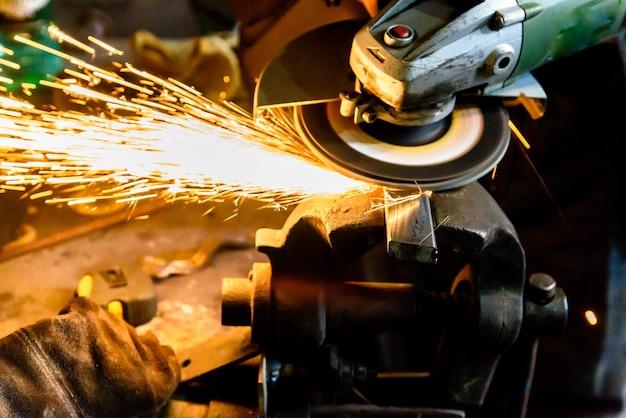 Machine à couper les métaux, étincelle.
