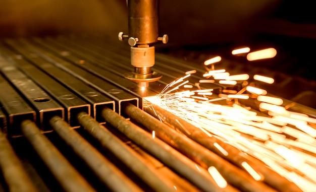 La machine de découpe laser découpe les trous sur les tuyaux.