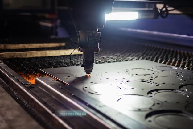 Machine de découpe laser plaque d'acier de coupe en usine