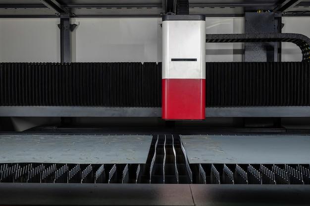 Machine de découpe laser et plaque d'acier en mode veille pour travailler sur une usine intelligente, industrie 4.0