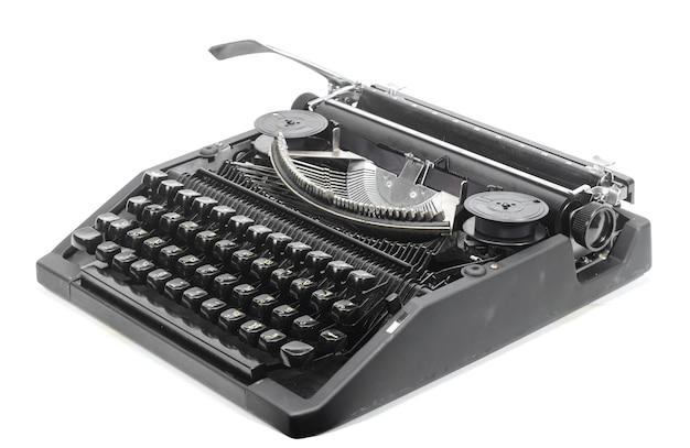 Machine à écrire antique sur un fond blanc éclatant.