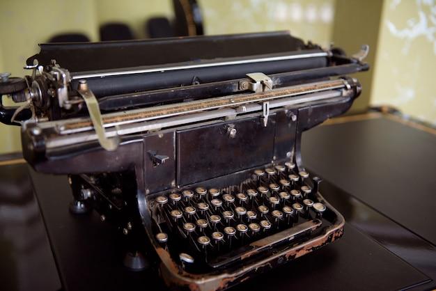 Machine à écrire antique. photo de gros plan de machine à écrire vintage.