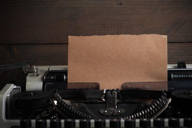 Machine à écrire en gros plan et papier kraft. papier tonique vintage