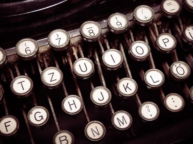 Machine à écrire à la mode vintage. publication d'images conceptuelles, blogging, auteur ou écriture.