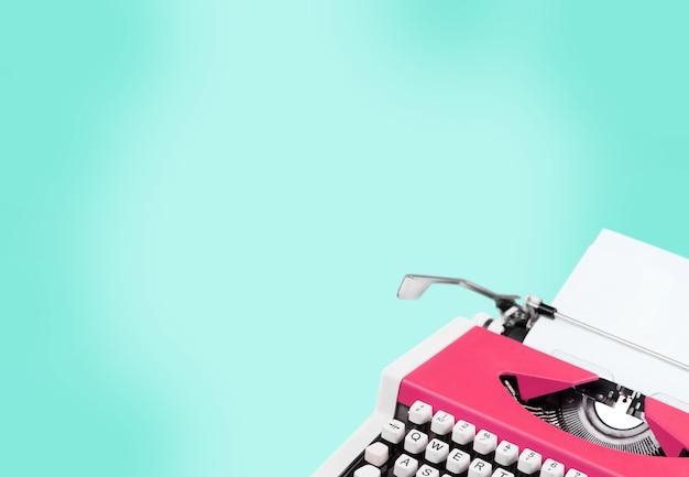 Machine à écrire rétro et papier sur fond