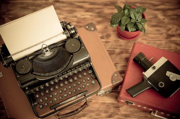 Machine à écrire rétro avec papier vierge sur fond de bois. vue de dessus