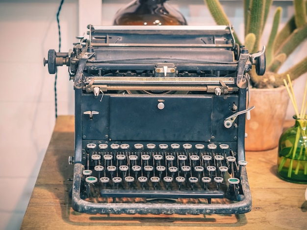 Machine à écrire rétro sur table en bois, effet de filtre vintage