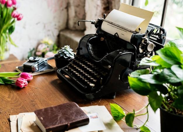 Machine à écrire vintage sur un bureau près d'une fenêtre