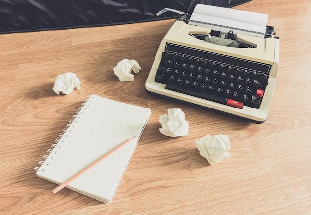 Machine à écrire vintage et un cahier vierge en papier