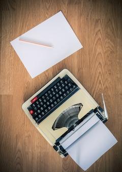 Machine à écrire vintage et une feuille de papier vierge