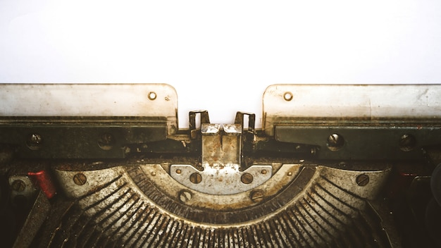 Machine à écrire vintage et un livre blanc vide, processus dans le style vintage