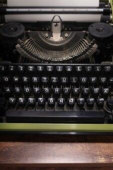 Machine à écrire vintage à table en bois, concept d'écrivain rétro abstrait