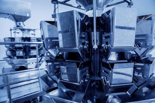 Machine d'emballage de peseuse multi-tête verticale collations et chips dans une usine