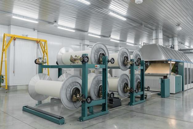 La machine évapore le fil textile. machines et équipements dans une usine textile