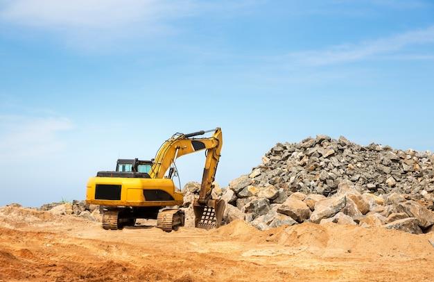 La machine d'excavation fonctionne dans une carrière. sable de creusement de terre jaune