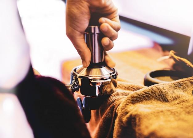 Machine à expresso brasser un café. café versé dans des verres dans un café, expresso provenant d'une machine à café