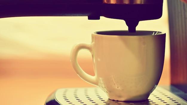 Machine à expresso préparant un café.