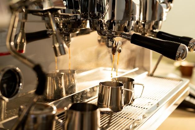Machine à expresso versant du café dans une cruche