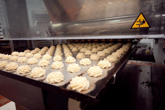 Machine de fabrication de biscuits dans l'usine.