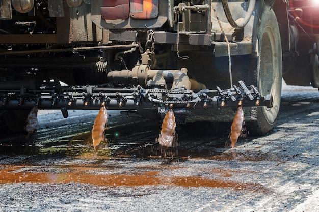 Machine de finisseur d'asphalte pendant la construction de routes et les travaux de réparation