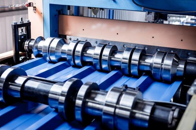 Machine de formage de tôles à l'usine de ferronnerie moderne.