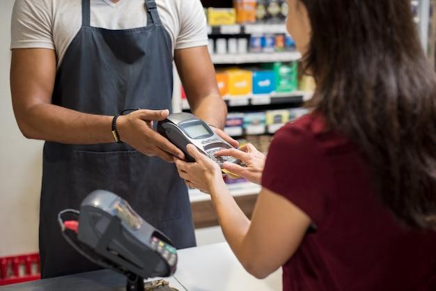 Machine à glisser les cartes au supermarché