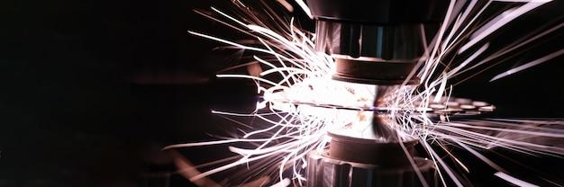 Machine laser coupant le métal avec des étincelles lumineuses en gros plan