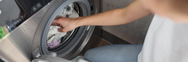 La machine à laver est chargée de linge pour le lavage