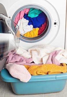 Machine à laver ou à sécher chargée avec le linge. lavage, concept de nettoyage de printemps