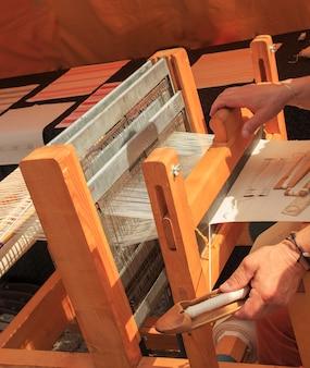 Machine à la main en tissu. métier à tisser pour soie fait maison.
