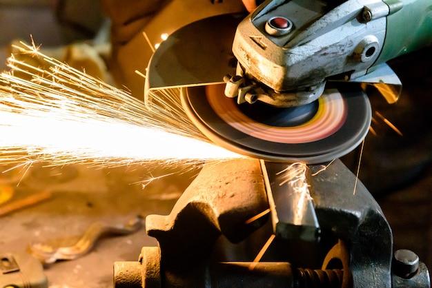 Machine de meulage de métal de coupe, étincelle.