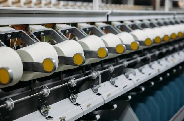 Machine-outil en gros plan, machine. usine de coton grossier sur ligne de production de filature.