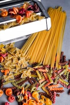Machine à pâtes sur la table de la cuisine