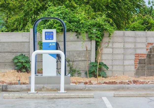 Machine à pneus gonflés automatique pour un véhicule sur le parking de la station-service.
