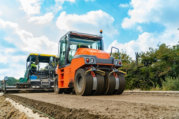 Machine pour enfoncer le sol et rouleau compresseur pour asphalte traverser la route en été