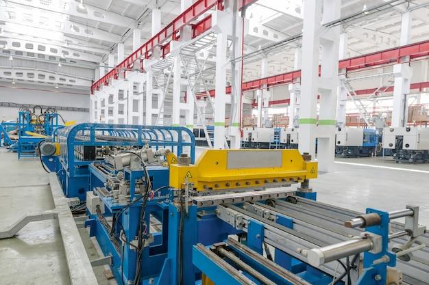 Machine pour la fabrication de pièces métalliques pour réfrigérateur. machines en plastique