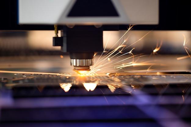 Machine programmée automatisée pour le traitement des métaux