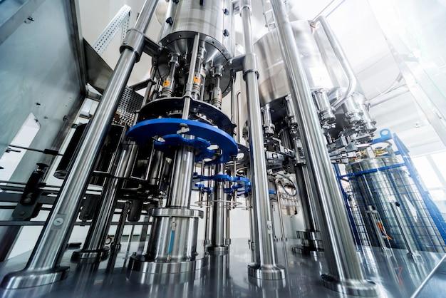 La machine de remplissage automatique verse de l'eau dans des bouteilles en plastique pet. production brassicole.