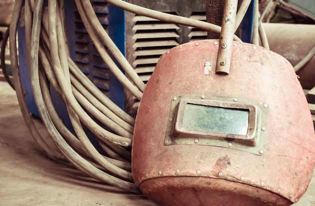 Machine à souder électrique, fil électrique, masques, gants et pinces, sont très vieux