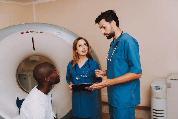 Machine de tomographie patiente radiologiste anxieuse