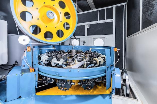 Machine à tresser moderne. équipement pour faire des tresses à partir de fil métallique.