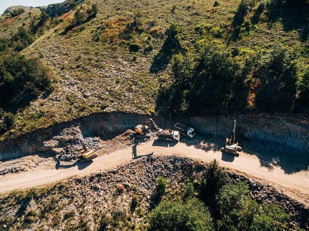 La machinerie lourde travaille dans l'extraction de la vue aérienne de la roche