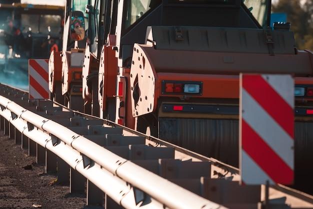 Machines de construction de routes. rouleau compresseur.