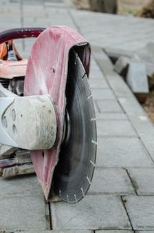 Machines de coupe de béton et lame de coupe sur une allée