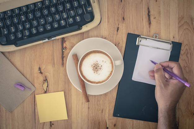 Machines à écrire vintage et tasse de café sur la table en bois