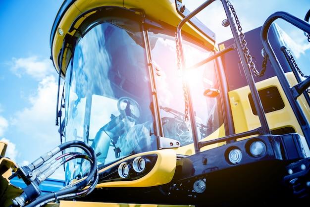 Machines et équipements agricoles modernes. moissonneuse agricole jaune.