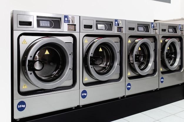 Machines à laver dans la laverie publique.