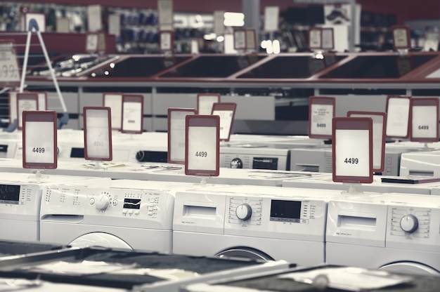 Machines à laver dans la salle d'exposition du magasin d'appareils
