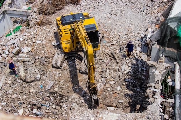 Les machines de la pelle rétro travaillant sur la démolition du site